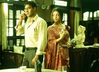 Ajay Devgan as Mannu (with borrowed phone) and Aishwarya Rai as Niru.