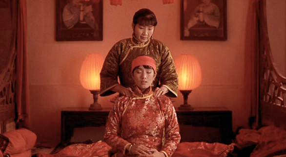Songlian (Gong Li) receives a massage.