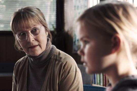 The nursery headteacher Grethe (Susse Wold) and the child Klara (Annika Wedderkopp)