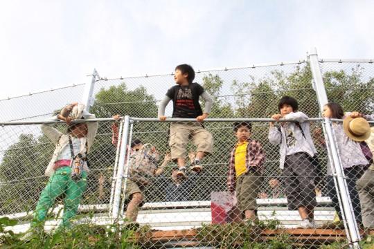 The children wait for the Shinkansen to pass.