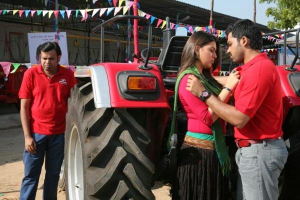 Sugan (Karthi) and Priyanka (Hansika Motwani). Parasu (Premgi Amaren) is in the background.