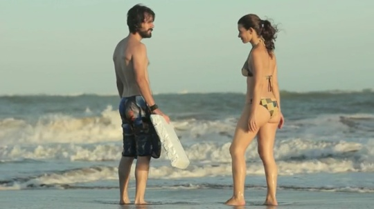 Joaquin meets Elena on the beach. She was his girlfriend many years before.