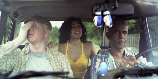 The car-load (from Left) Tito (Jimmy David Suárez), Yadia (Victoria Greco) and César (Luis Antonio Gotti)