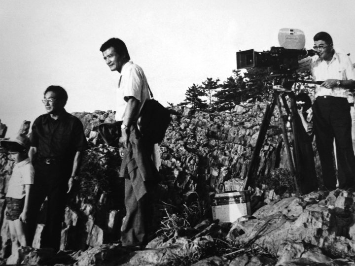 Nomura Yoshitaro (second left) shooting The Demon (1978) on the Noto peninsula.