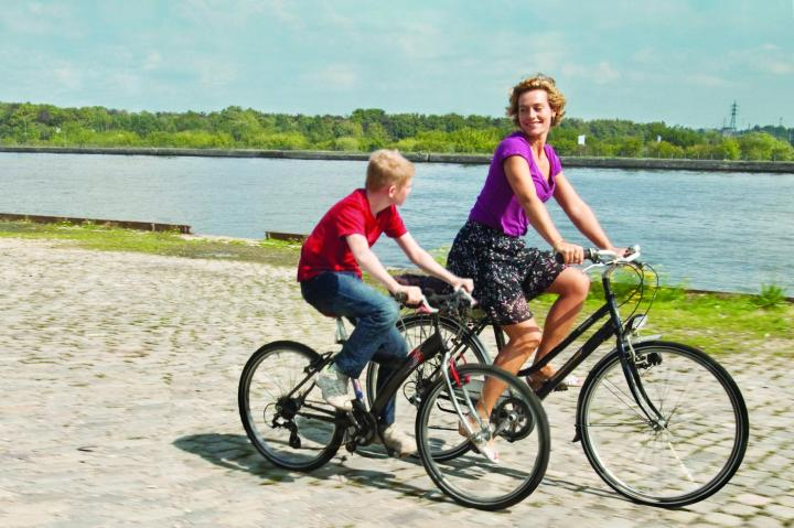 Cécile De France and Thomas Doret in LE GAMIN AU VÉLO (dirs Jean-Pierre et Luc Dardenne France-Belgium 2011)