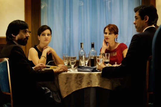 The doctor (left) and the lawyer with their respective partners around the restaurant table. From left, Paolo (Luigi Lo Cascio) and his wife, Clara (Giovanna Mezzogiorno), Massimo (Alessandro Gassman),  and his second wife Sofia (Barbora Bobulova). Foto by Emanuela Scarpa.