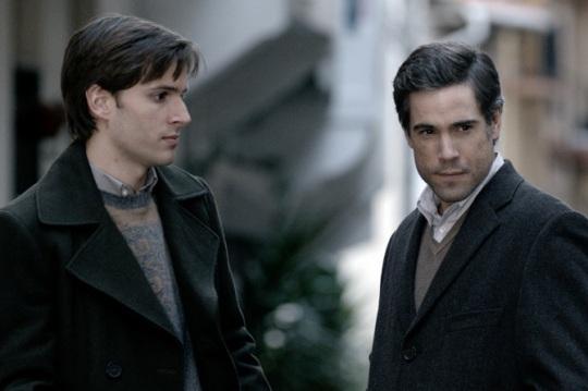 Fede (Inigo Gastias, left) and Inigo (Unax Ugalde, right) as the private prosecution legal team.