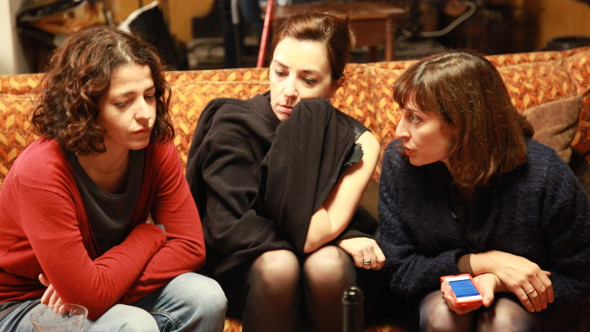 Geni (Nora Navas), left with her siblings Raquel (Àgata Roca) and Gloria (Clara Segura)