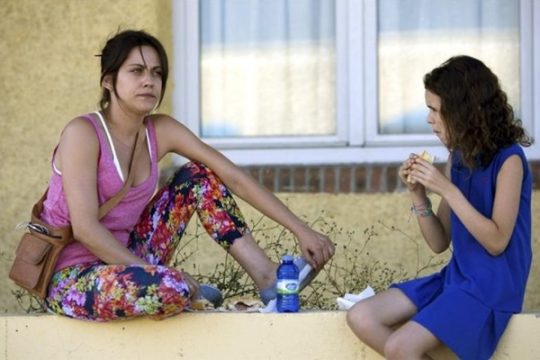 Sara (Maria Leon) and Claire (Noa Fontanals)