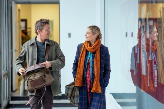 John (Ethan Hawke) and Maggie (Greta Gerwig)