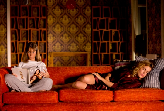 Adriana Ugarte as Julieta with her daughter Antía (Priscilla Delgado) in their Madrid flat.