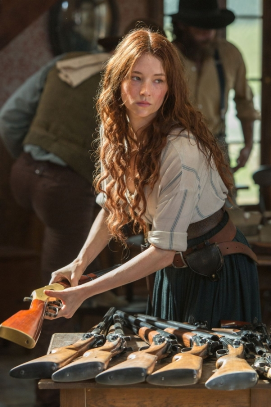 Emma (Hayley Bennett) becomes a sharpshooter – and the effective leader of the town.