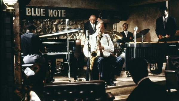 Dale Turner (Dexter Gordon) playing sax with his group in the The Blue Note
